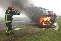 Un auto con tres personas chocó y se incendió en la Ruta 5