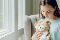 Detrás de un osito de peluche: una nena creó método para que los chicos no le tengan miedo al suero