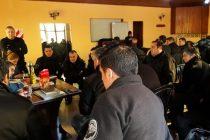 Internos de una cárcel de Azul restauraron mobiliario para la Escuela Primaria 64 que apadrinan