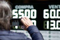 Tras un martes negro, el dólar cerró a $60 y el Riesgo País subió a 2112 puntos básicos