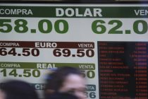 El dólar sigue bajando y cerró en $62,75 pero el blue subió y cerró a $65,50