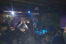 Un bar funcionaba luego del horario permitido, había 30 personas y fue clausurado