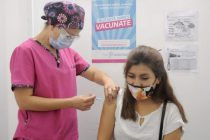 Empiezan a inmunizar a menores de 60 años de riesgo con la vacuna China
