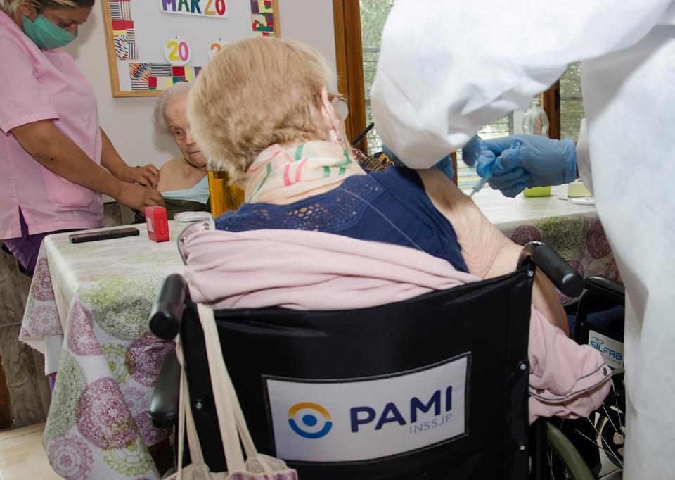 Continua la vacunación de PAMI