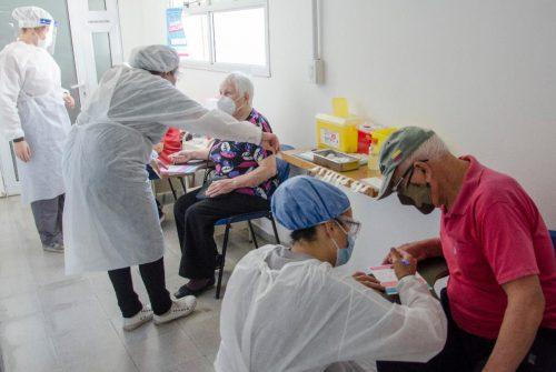 Continúa la vacunación a mayores de 60 contra el COVID