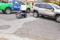 Un motociclista herido tras chocar con un auto