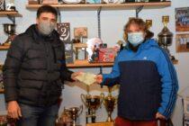 Ezequiel Galli entregó un subsidio y material deportivo al básquet local